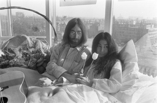 Bed-In_for_Peace,_Amsterdam_1969_-_John_Lennon_&_Yoko_Ono_08